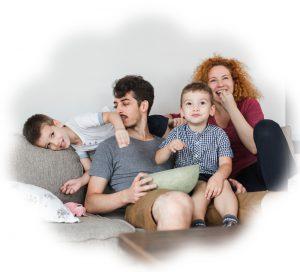 Семейство гледат телевизия
